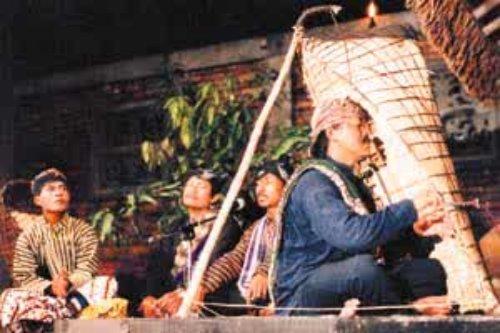 Barnawi memainkan musik etnik Bundengan - Kowangan bersama kelompoknya ...