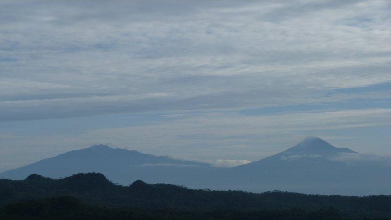 merapi dan merbabu terlihat indah dari gardu pandang puncak seplawan